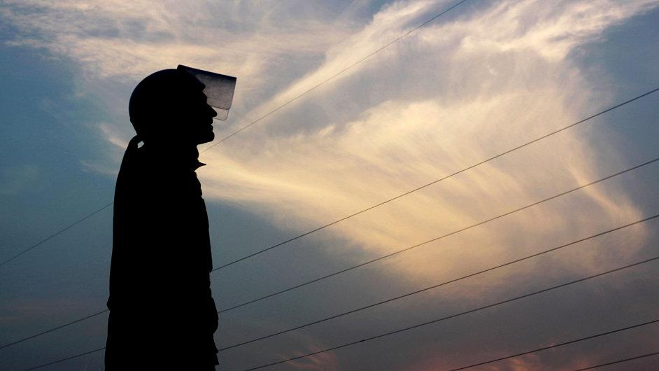 Bahrajnský policista při pondělním zásahu proti demonstrantům