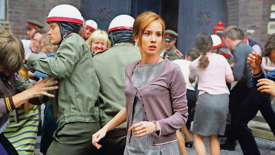 Právničku Burešovou, která se ujala případu urážky na cti po Palachově smrti, hraje Tatiana Pauhofová