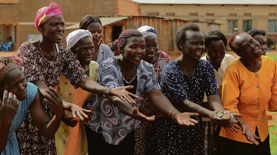 Pěvecký sbor afrických matek, jejichž syny zatáhl Joseph Kony do své partyzánské války.