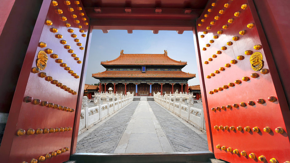 Palácové dveře v Zakázaném městě, Peking, Čína