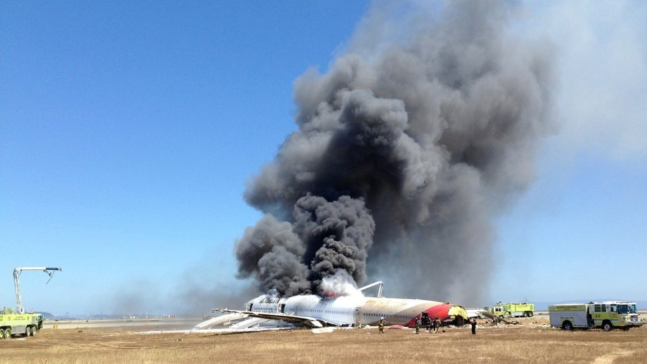 Hořící Boeing 777 na letišti v San Francisku