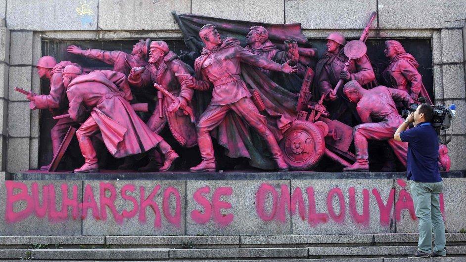 Bulhaři přemalovali památník sovětské armády v Sofii na růžovo