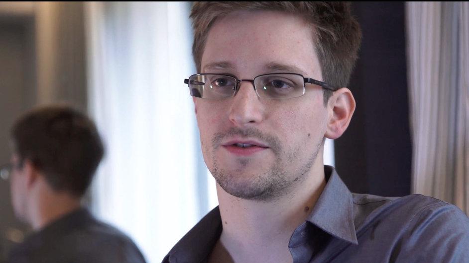 Zda se 36letý Snowden jednou bude moci vrátit do vlasti, kde mu hrozí za špionáž a krádeže státních dokumentů desítky let vězení, případně doživotí, jasné není.