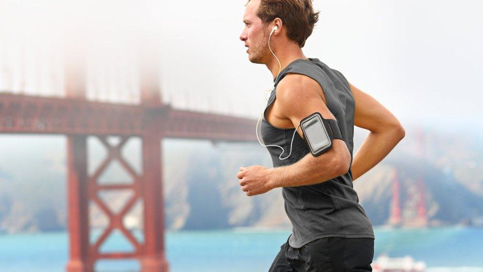 Běžecké aplikace v mobilech umí najít trasu, nebo dokonce závod. Kromě fyzických parametrů si nastavíte i cíl a aplikace vás povede.