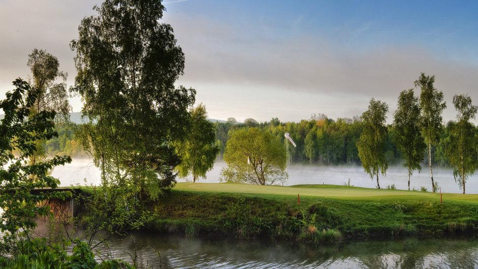 Jedenáctá jamka na golfovém hřišti Dýšina je umístěná na ostrově.