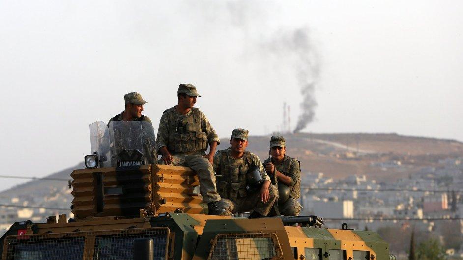 Turečtí vojáci u syrského města Kobani