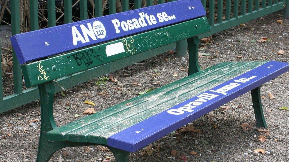 ANO se chlubí, že opravilo lavičku.