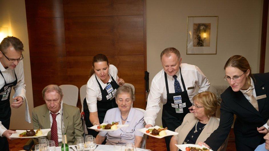 Manažeři obsluhují seniory