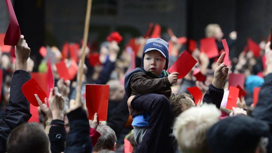 Demonstrace proti prezidentovi Miloši Zemanovi 17. listopadu v Praze na Národní třídě.