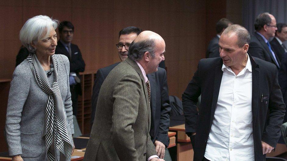 Řecký ministr financí Janis Varoufakis hovoří se španělským ministrem Luisem de Guindos a šéfkou MMF Christine Lagarde.