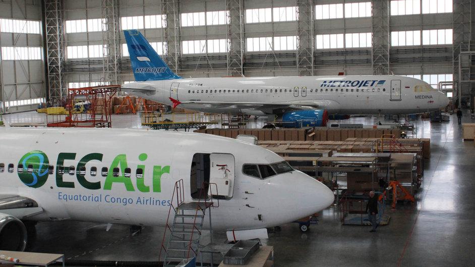 Opravárenská hala v Mošnově rušno nyní působí opuštěně. Oprava jednoho letadla je hotova, oprava druhého nemůže začít, protože jeho majitel s rozhodnutím čeká na verdikt soudu.