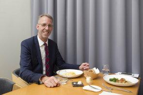 Oběd v moderním hávu. Advokáta Erwina Hanslika překvapila bublanina v restauraci Field