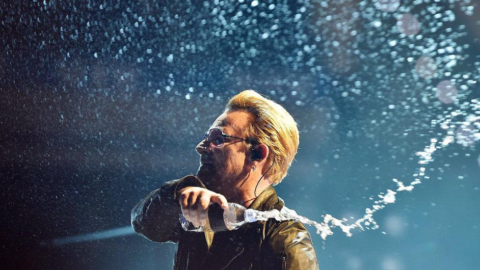 Bono na snímku z prvního koncertu evropské šňůry U2.