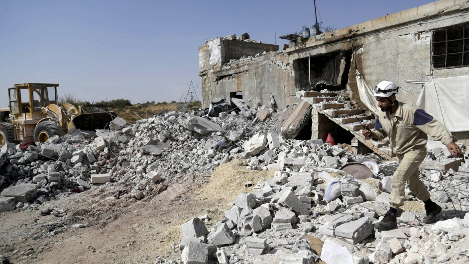 Zničené domy na jihu syrského města Idlib. Aktivisté tvrdí, že škody způsobily ruské nálety.
