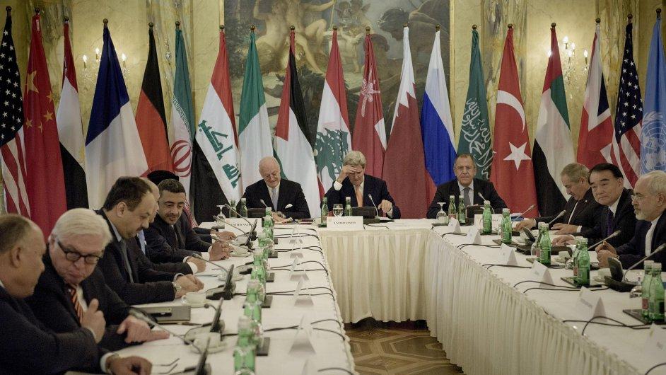 Americký ministr zahraničí John Kerry na závěrečné tiskové konferenci uvedl, že všechny země, i blízkovýchodní rivalové Írán a Saúdská Arábie, se zavázaly podpořit nezávislou a sekulární Sýrii.