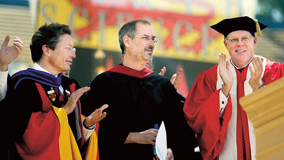 Před deseti lety mluvil Steve Jobs (uprostřed) k absolventům Stanfordu o podmínce úspěchu najít v životě i v kariéře to, co milujete. Sám je nejlepším příkladem. Uspěl i bez vysokoškolského vzdělání.