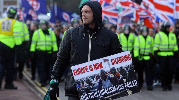 Do Doveru se v sobotu sjelo n�kolik set antifa�ist�, aby se postavili ��astn�k�m ohl�en� demonstrace proti uprchl�k�m.