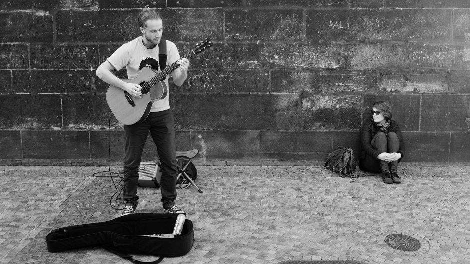 Adam Morkus vystupuje s kytarou mimo jiné i v pražských ulicích.