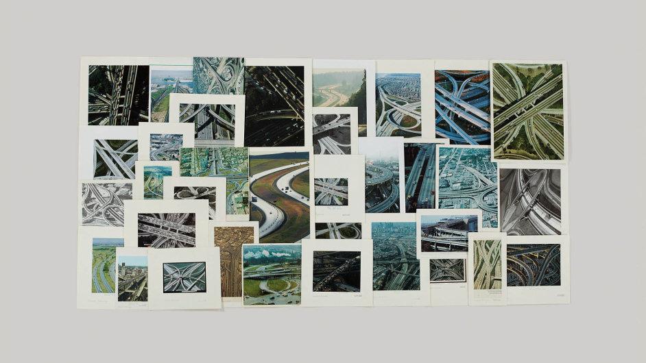 Taryn Simonová uspořádává snímky dosložek, jako například tyto záběry dálnic.