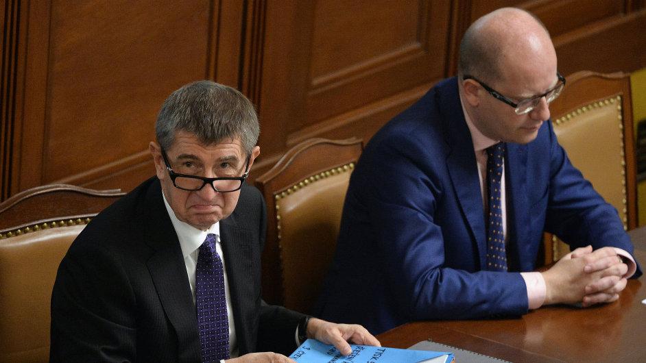 Ministr financí Andrej Babiš a premiér Bohuslav Sobotka na mimořádné schůzi Sněmovny 13. listopadu v Praze.