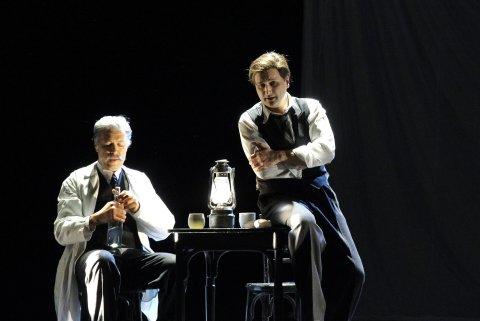 Snímek z inscenace opery Krakatit v pražském Národním divadle.