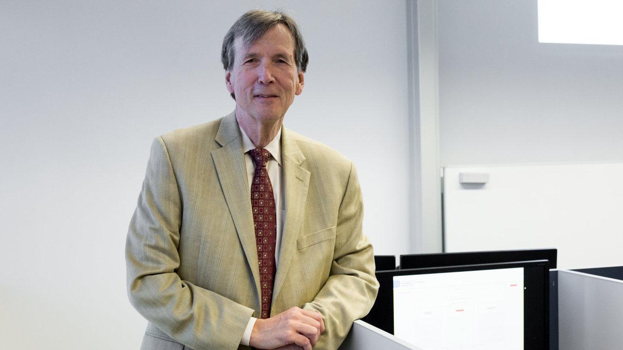 Profesor z Tulana University v New Orleans James Alm v ekonomické laboratoři Masarykovy univerzity v Brně.