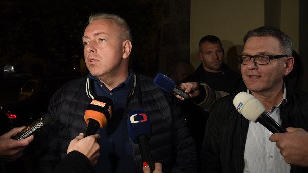 Místopředsedové ČSSD Milan Chovanec a Lubomír Zaorálek hovoří s novináři před Poslaneckou sněmovnou.