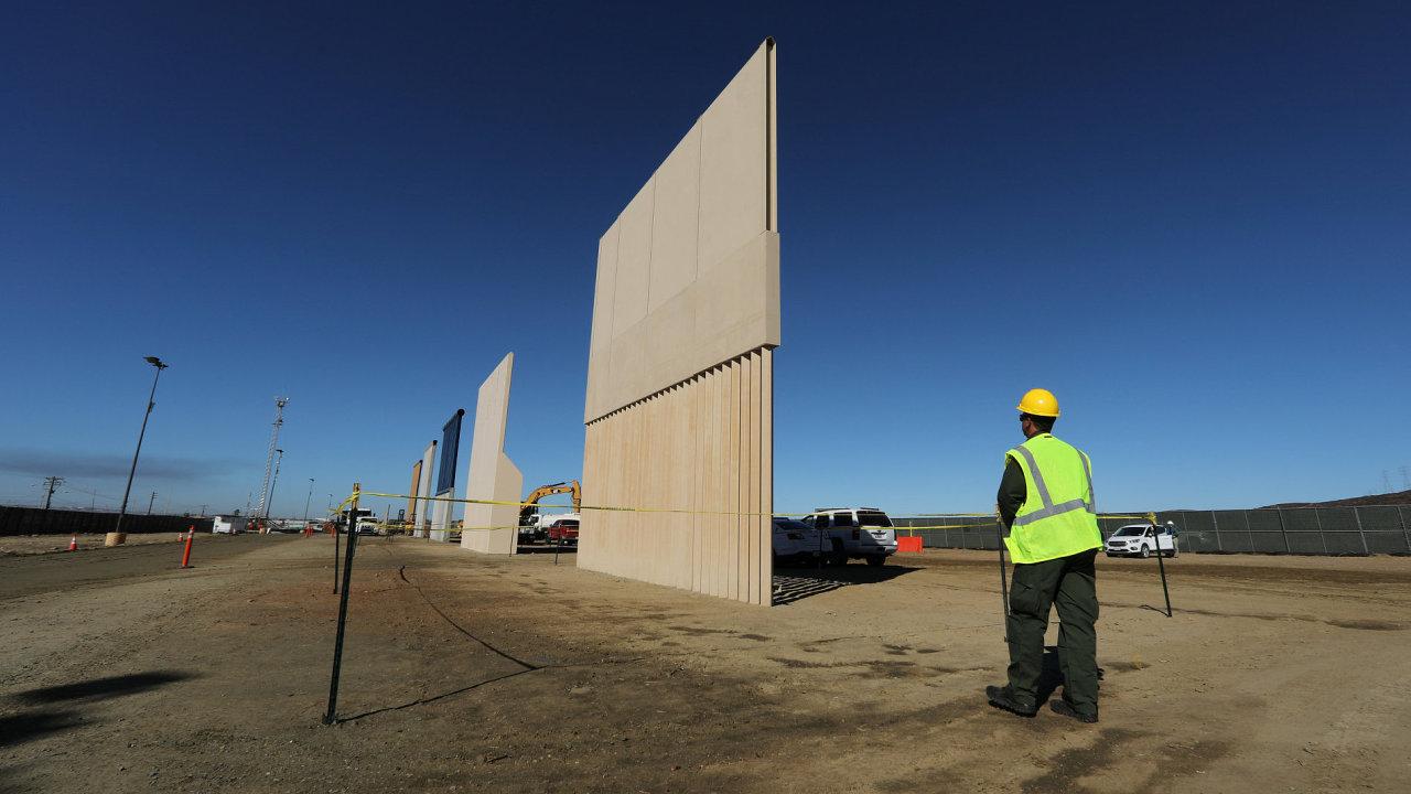 Prototypy Trumpovy zdi na hranicích s Mexikem.