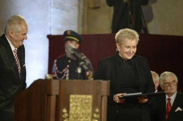 Operní pěvkyně Eva Urbanová převzala od českého prezidenta Miloše Zemana (vlevo) medaili za zásluhy při slavnostním ceremoniálu udílení státních vyznamenání
