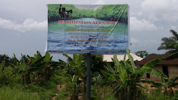 Čištění životního prostředí po těžbě ropy je v Nigérii stále aktuální problém. Společnost Shell na billboardu slibuje pomoc.