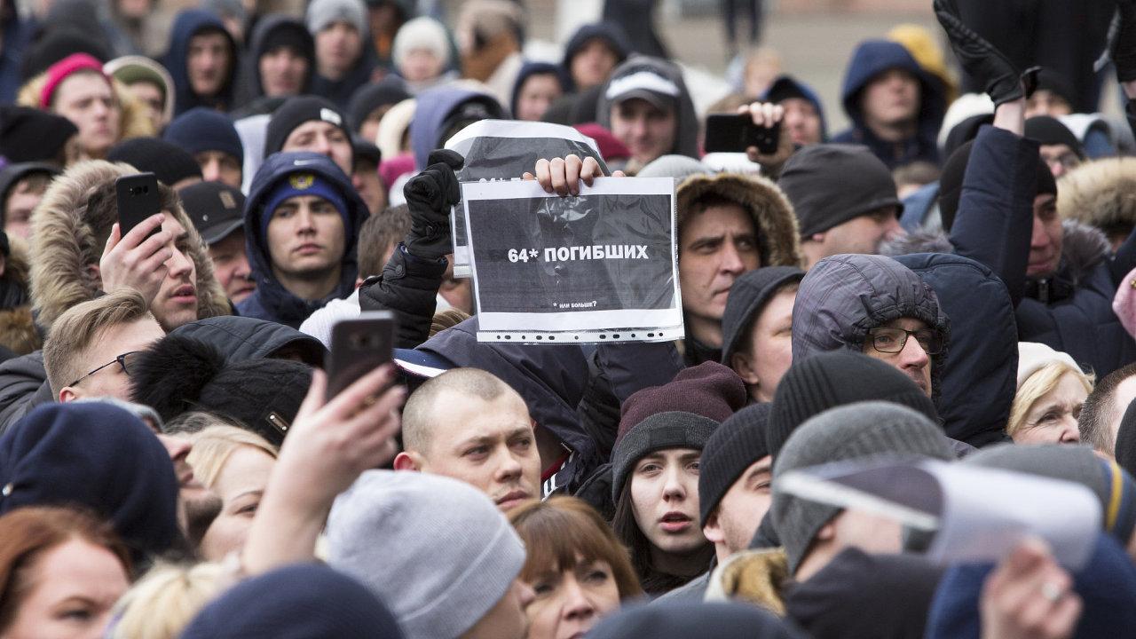 Tisíce obyvatel Kemerova demonstrují proti postupu úřadů.