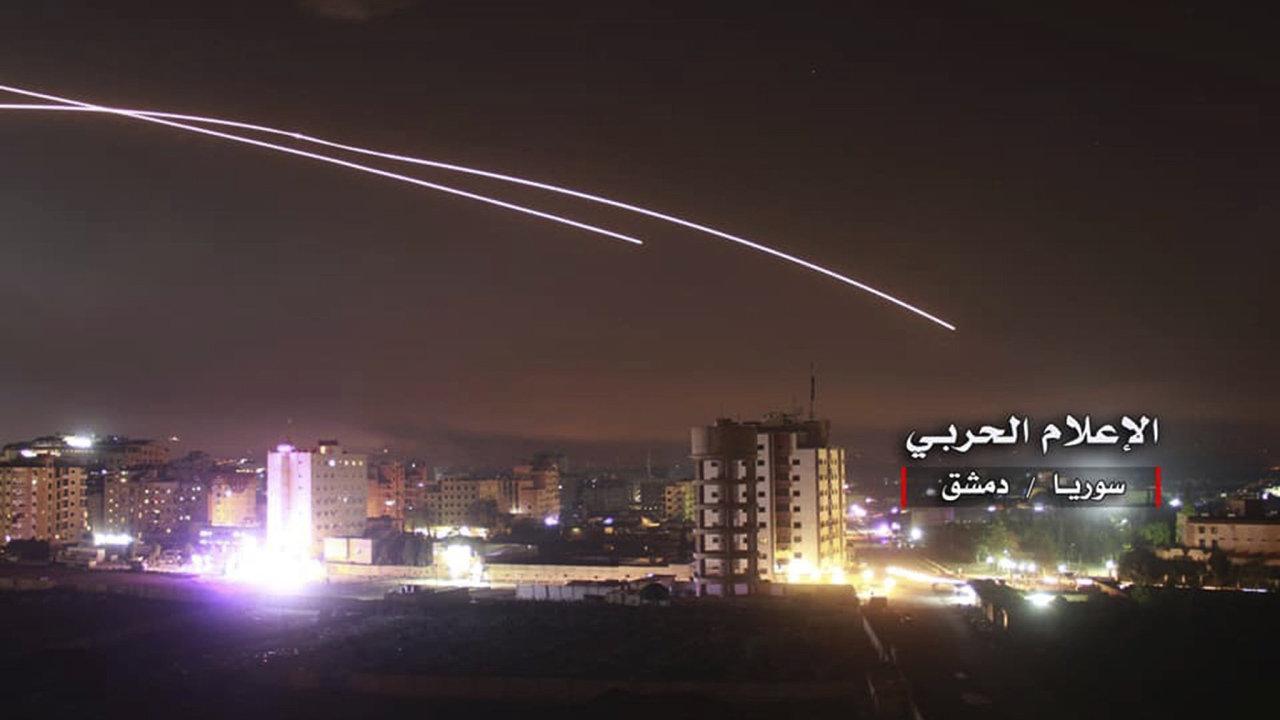 Íránské jednotky na syrské straně Golanských výšin vypálily zhruba 20 střel a raket na izraelské cíle v Golanských výšinách.
