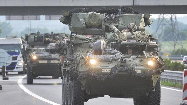 Americký armádní konvoj projíždí Českem.