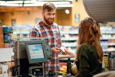 Zákon zakazující prodej v obchodech o stanovených svátcích bude i nadále platit.