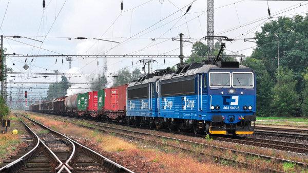 Nákladní vlaky stojí, osobní jedou. Jenže stání stojí peníze, a tak se doprava nákladu po železnici prodražuje.