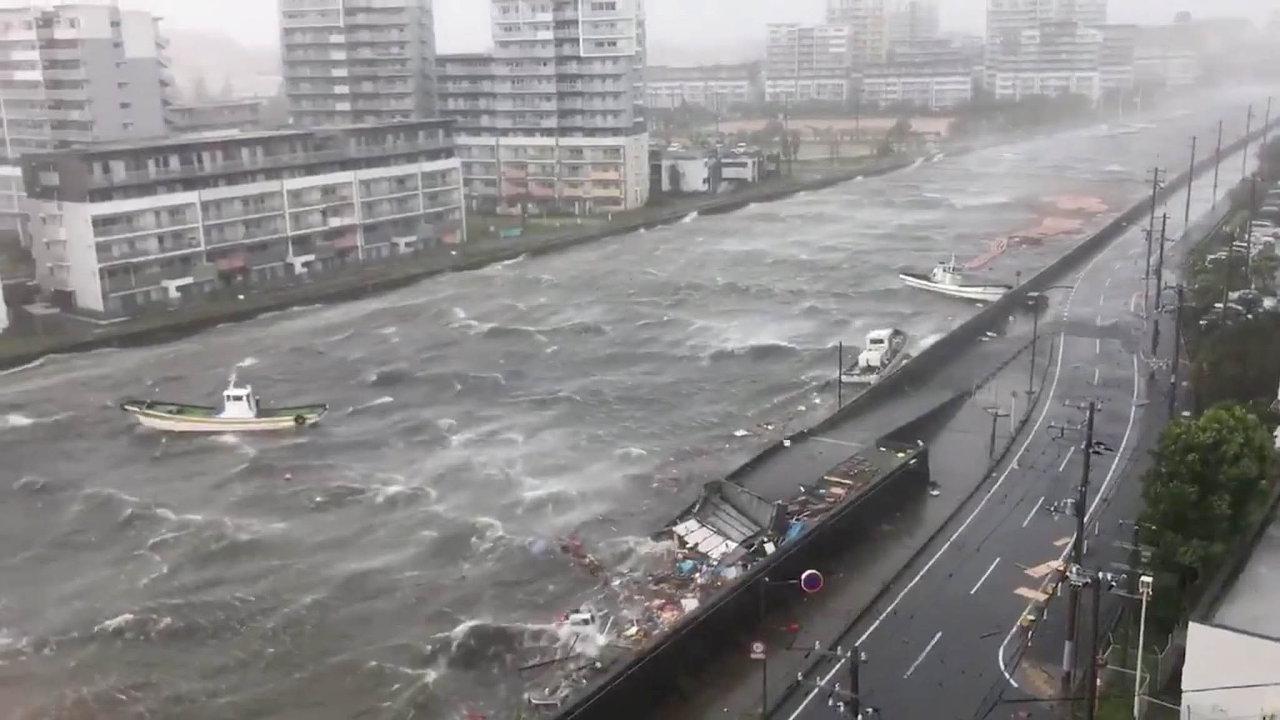 Nejméně šest mrtvých a126zraněných si vyžádal tajfun Jebi, který vúterý zasáhl západní pobřeží Japonska.