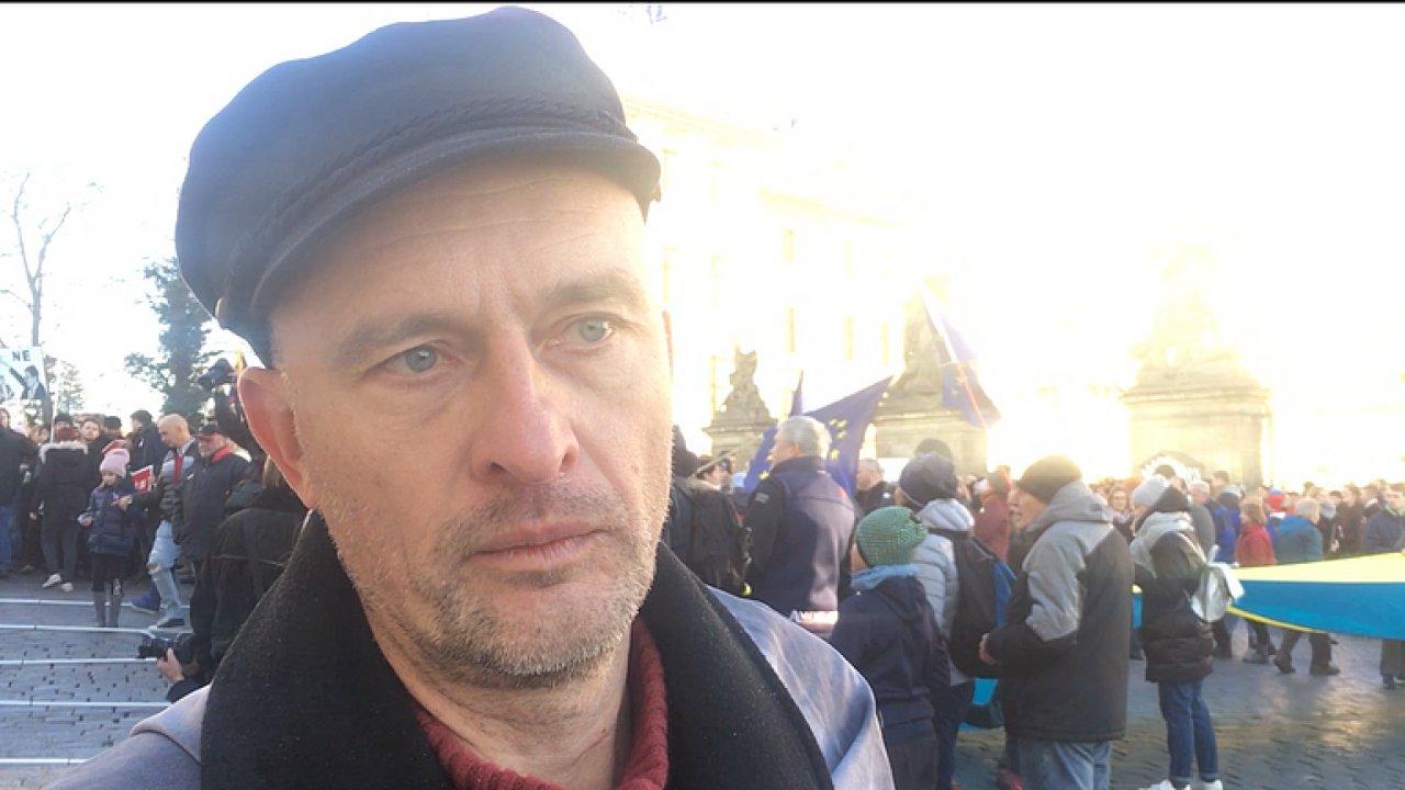 Lidé jako Babiš bourají demokracii, říká muž, který vyhodil jeho květiny na Národní