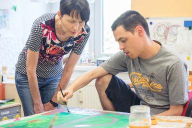 Světlana Hrbková a její mentálně postižená dvojčata (na snímku s Honzou) našly útočiště vestacionáři achráněném bydlení organizace Ruka pro život.