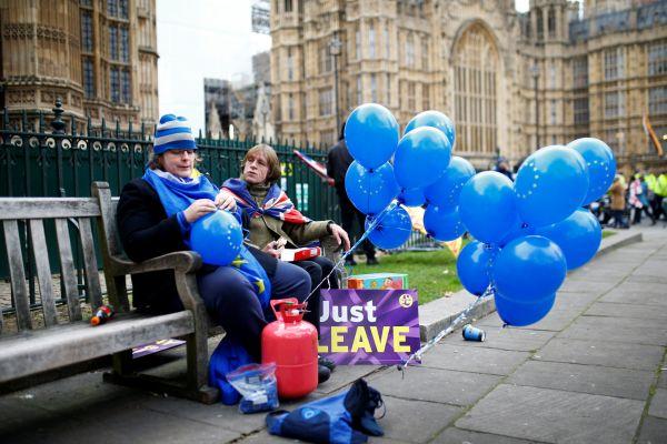 Před Westminsterským palácem se shromažďují jak zastánci brexitu, tak jeho odpůrci.