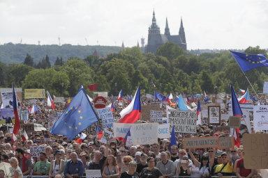Největší demonstrace v historii Česka v obraze. Máme toho dost, stydíme se za premiéra, měli lidé na transparentech