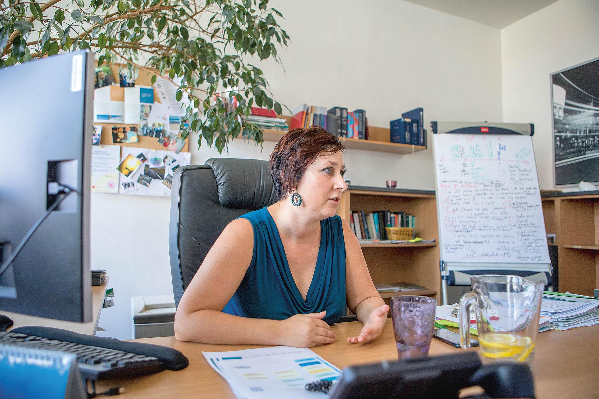 Išéfka právní sekce Petra Zdražilová se podílí navyřizování podnětů. Sama si přiděluje například stížnosti, kdy je potřeba prověřit postup sociálního pracovníka. Vkanceláři začínala naanalytickém oddělení, poté se věnovala oblasti vězeňství.