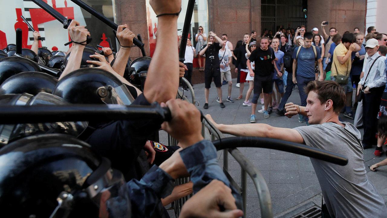Proti rozhodnutí úřadů nepustit kvolbám domoskevského zastupitelstva žádného opozičního kandidáta protestovalo vsobotu bez ohledu nazákaz více než patnáct tisíc lidí.