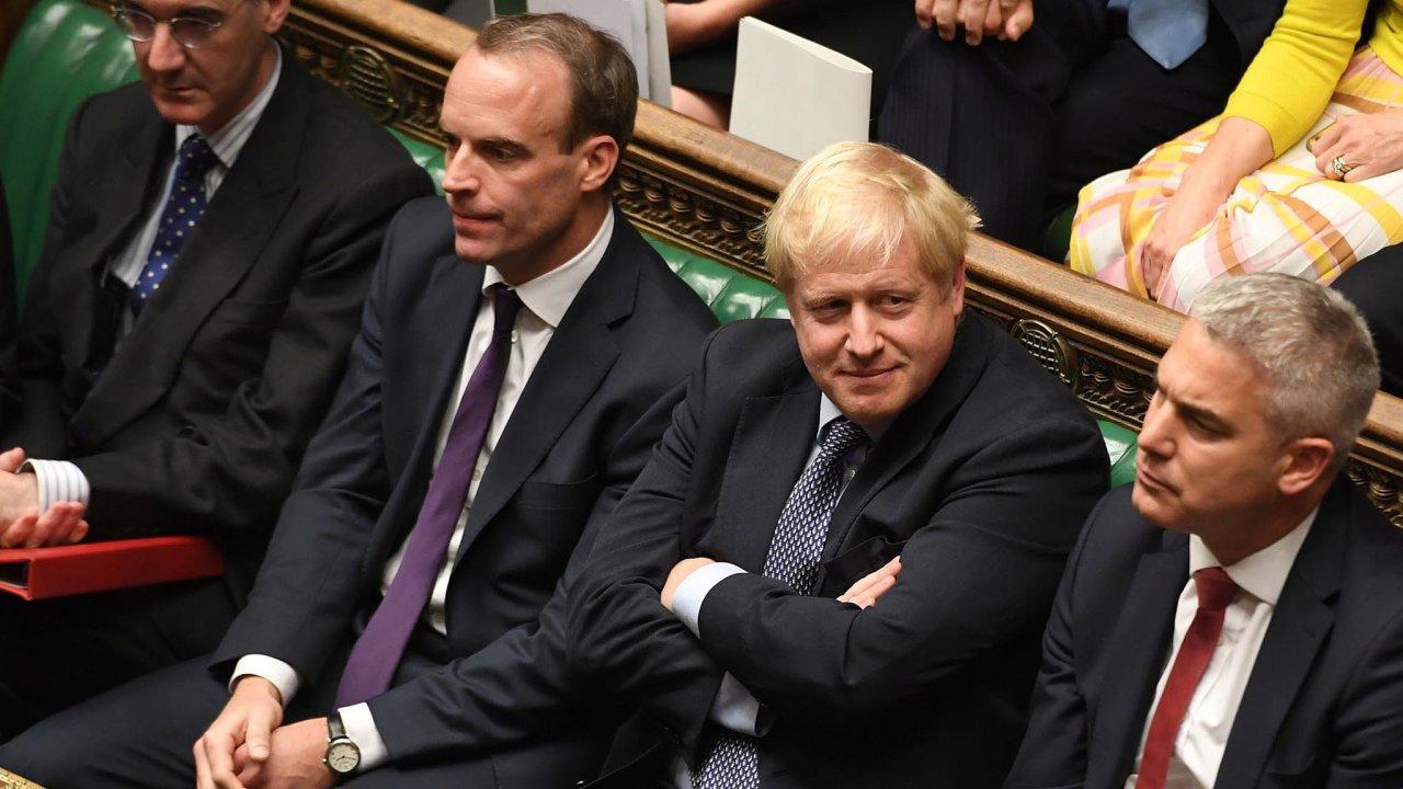 Britský premiér Boris Johnson (druhý zprava) je sice blízko kzisku většiny pro svou dohodu, vyhráno ale ještě nemá.