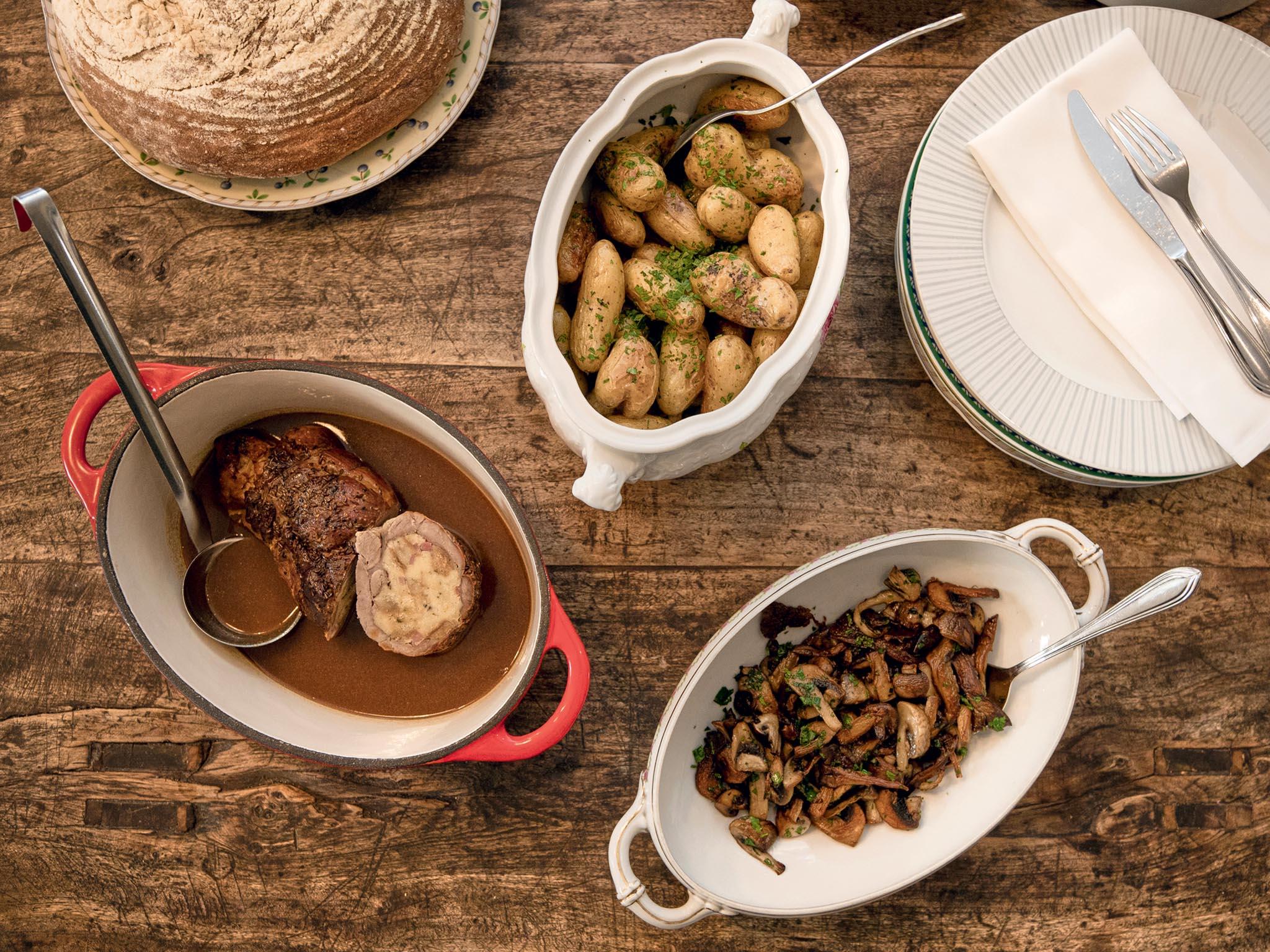 Novinkou podzimu jsou rodinné obědy servírované v mísách doprostřed stolu.