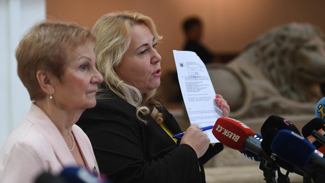"""Ministryně Klára Dostálová (vpravo) a náměstkyně Daniela Grabmüllerová. Obě tvrdily, že audit omožném střetu zájmů premiéra nemohou zveřejnit, protože je označen stupněm utajení """"důvěrné""""."""