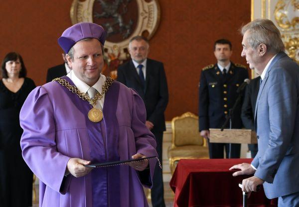 Prezident Miloš Zeman jmenoval 11. prosince 2019 na Pražském hradě Pavla Matějku (vlevo) novým rektorem Vysoké školy chemicko-technologické (VŠCHT) v Praze.