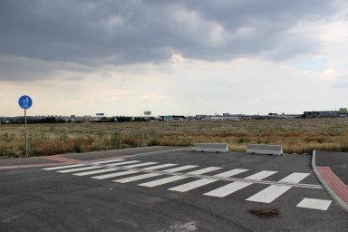 Podle plánu developera měla být poslední etapa Komerční zóny Čestlice-Průhonice hotová do konce roku 2021. Větší část ale zůstane asi bez zástavby. Vybudované silnice tu tak stále končí v polích.