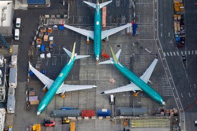 Ztrháku přítěží. Boeingu se ujeho továrny vRentonu začaly hromadit hotové Maxy, které zatím nemůže předat aerolinkám. Kparkování firma používá každé volné místo včetně parkoviště zaměstnanců.