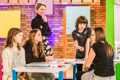 Na programu ČT2 čeká na školáky prvního stupně základek, kteří po zavření škol zůstali doma, vyučování prostřednictvím televizní obrazovky.
