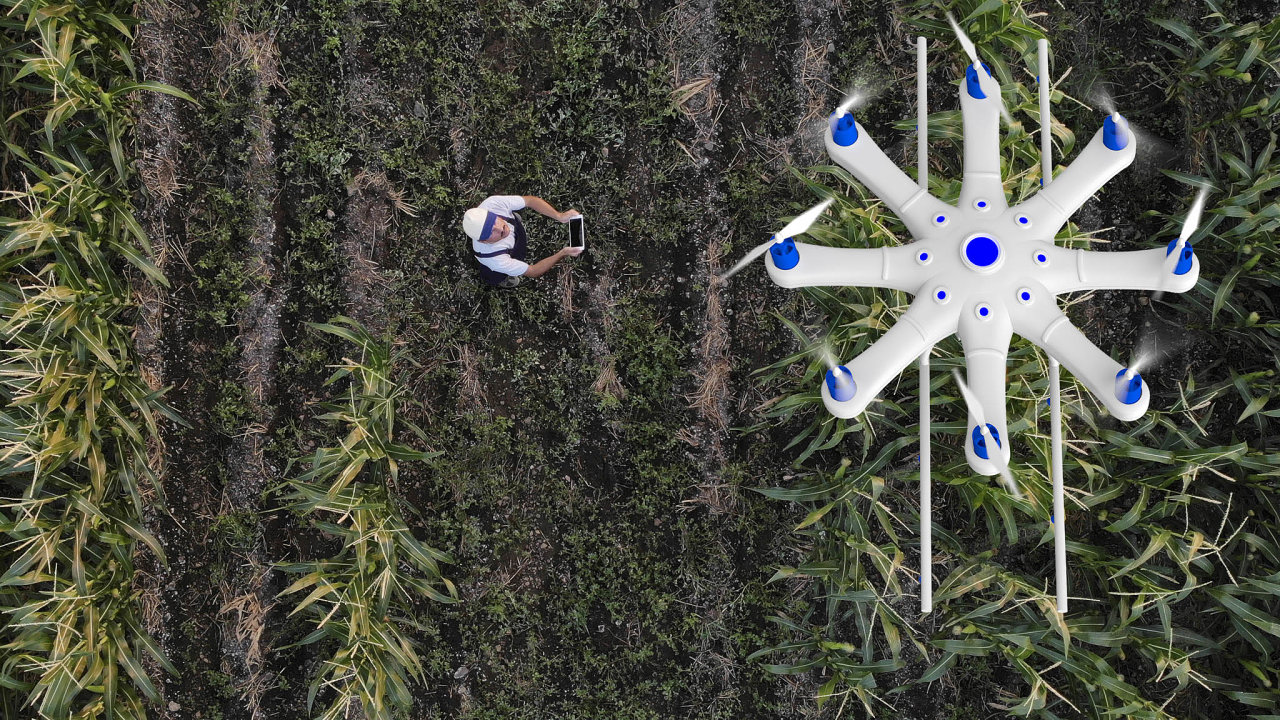 Do zemědělství se zavádí robotika, mnoho strojů je dnes navigováno pomocí GPS ařízeno počítači.